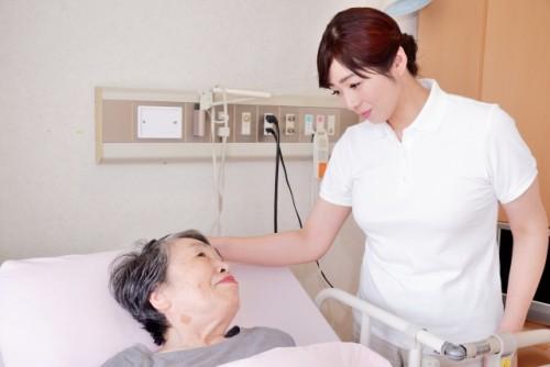 現在看護師として働いている場合、 しんどくて看護師をやめたい もう少し融通が効く職種で働きたい と思っている方もおられるかもしれません。 「苦労して看護師になったのに他の仕事に就いたら収入が下がってしまうんじゃないか。」「そもそも仕事がないんじゃないか。」と思われている方もおられるかもしれません。 結論からお伝えすると看護師を辞めても他に転職することは可能です。